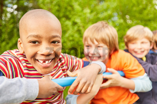 Gruppe Kinder hat Spaß beim Klettern