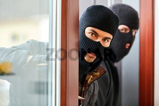 Einbrecher öffnen Terrassentür vom Haus