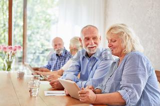 Senioren haben Spaß im Computerkurs