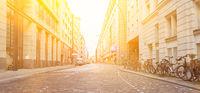 Straße mit Pflastersteinen auf Fahrbahn in Stadt