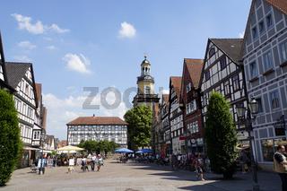 Marktplatz mit historischem Rathaus und Sankt Nikolai-Kirche