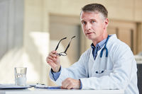 Mann als Facharzt mit Kompetenz und Erfahrung