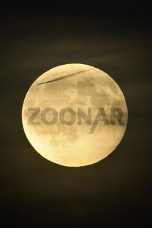 Zivilisationsspuren... Vollmond *Luna luna* mit entfernt fliegendem Flugzeug davor