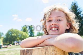 Glücklicher blonder Junge im Ferienlager