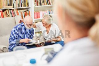 Senioren Paar mit Demenz im betreuten Wohnen
