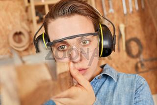 Schreiner Lehrling beim Messen von Holz