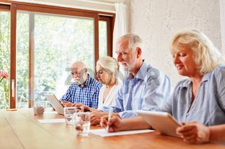 Senioren machen einen E-Learning Computer Kurs