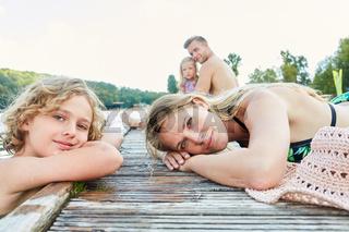 Mutter und Sohn ruhen sich aus am Badesee