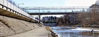 Weg im Bett des Wienflusses und Fußgängersteg bei Hütteldorf
