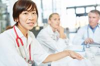 Junge asiatische Frau als Medizin Studentin