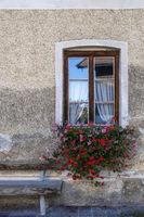 Hausfassade, Fenster und Blumenschmuck
