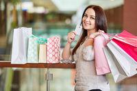 Teenager mit Kreditkarte oder Kundenkarte