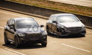 BMW und Mercedes-Benz bei einem Kopf-an-Kopf Rennen
