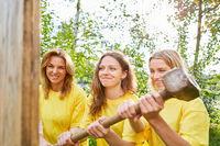 Frauen als Bauarbeiter machen Teamwork