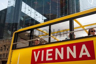 Wien, Oesterreich, Touristen im Bus waehrend einer Stadtrundfahrt