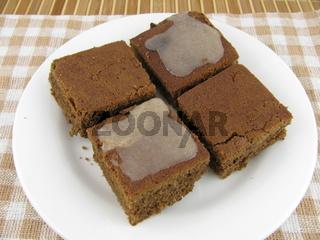 Frisch gebackener Carob Kuchen mit Zucker Zimt Guss
