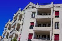 Modernes weißes Wohnhaus mit Balkonen