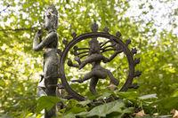 indische figuren im vortex-garten darmstadt
