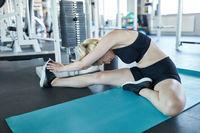 Frau beim Stretching im Fitnesscenter