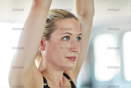 Junge sportliche Frau beim Aufwärmen
