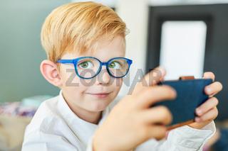 Junge probiert eine Smartphone App aus