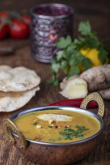 indische Mulligatawny-Suppe in einer Schüssel