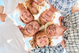 Familie mit Kindern und Großeltern