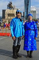Ehepaar in blauer Festtagskleidung am Festival der mongolischen Nationaltracht