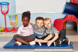 Drei Kinder im internationalen Kindergarten