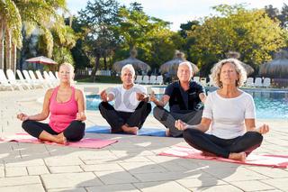 Senioren im Yoga Kurs im Schneidersitz