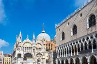 Blick auf den Dogenpalast und die Marcuskirche in Venedig, Italien