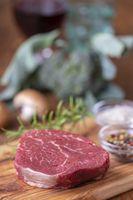 rohes Steak auf Holz