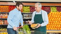 Kunde bekommt Beratung im Supermarkt