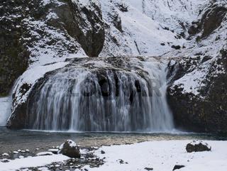 Eine Langzeitbelichtung vom Stjornafoss Wasserfall
