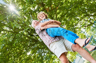Großvater und sein Enkel haben Spaß im Park