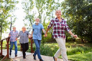Senioren halten sich an den Händen auf Ausflug