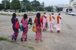 Yangon, Myanmar, Junge Frauen und buddhistische Nonnen