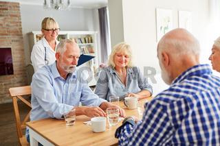 Gruppe Senioren beim Puzzle spielen