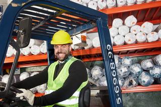 Lagerarbeiter als Staplerfahrer im Warenlager