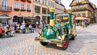 Touristen während einer Stadtrundfahrt durch Quedlinburg