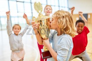 Junge küsst den Sieger Pokal