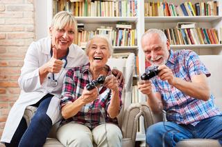 Senioren Paar und Ärztin beim Videospiel