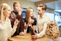 Gruppe junger Leute bei einer Weinverkostung