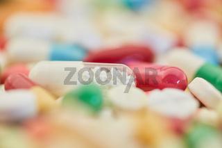 Kapsel und Pille mit vielen Medikamenten