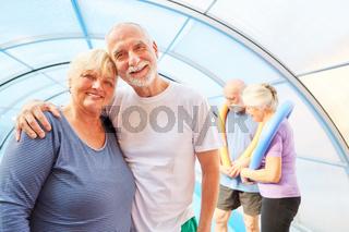 Glückliches Senioren Paar macht Aquafitness