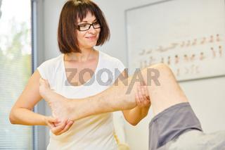 Heilpraktikerin behandelt Schmerzen im Kniegelenk