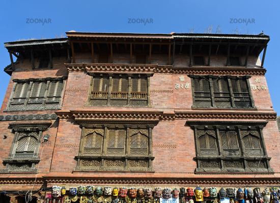 Kunstvoll geschnitzte Fenstergitter im traditionellen Newar Stil
