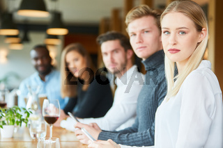Junge Leute im Restaurant mit Handy Sucht