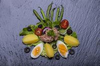 Salat Nicoise auf einem hölzernen Hintergrund