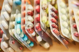 Bunte Medikamente in Blisterverpackung